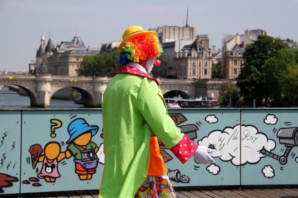 paris pont-des-arts clown art-urbain