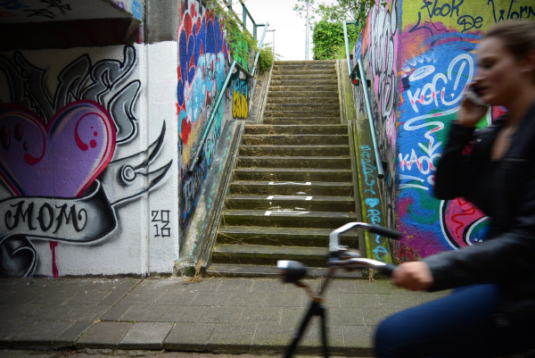 graffiti girl bike fiets tunnel
