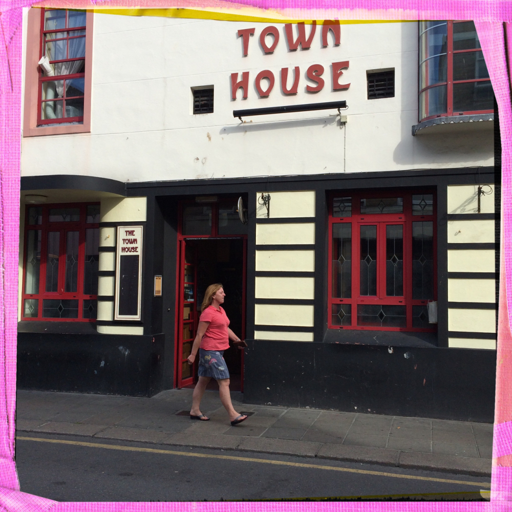 woman vrouw townhouse pub street