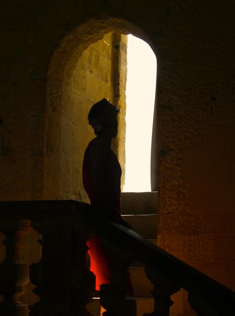Silhouette Embrasée dans l'Ébrasement.