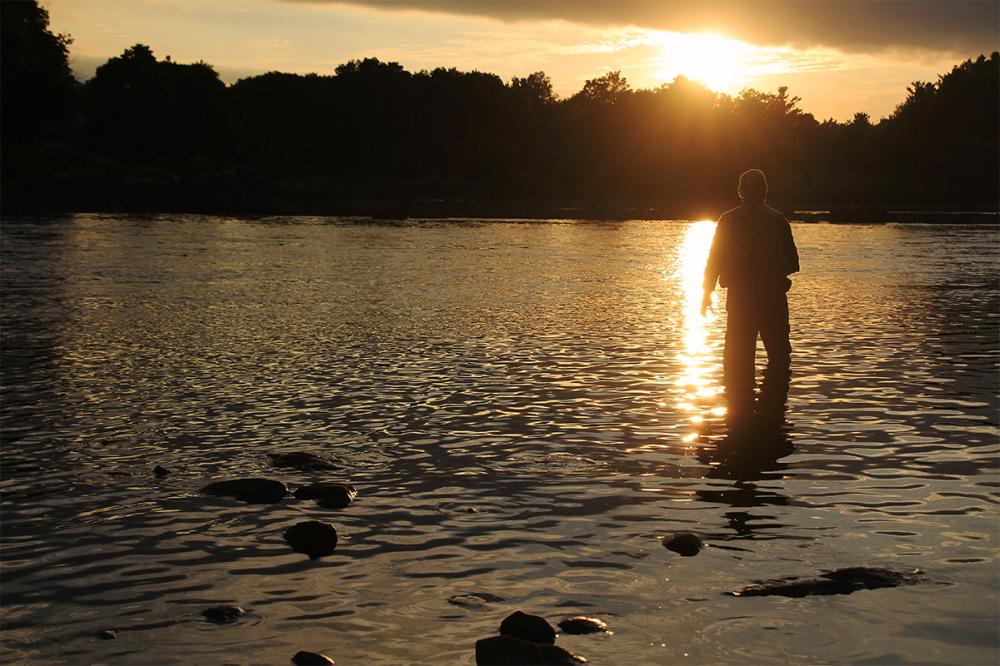 un pêcheur dans la lumière