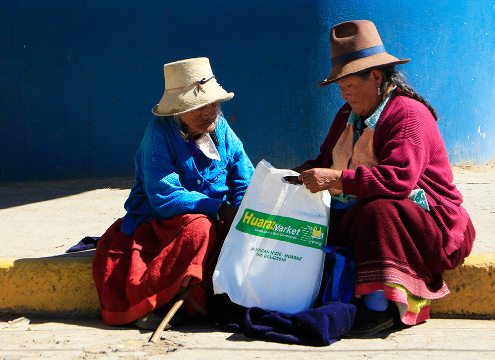 Two women coming back from the market in Huaraz