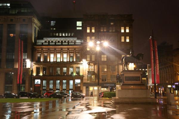 George Square le soir, sous la pluie...