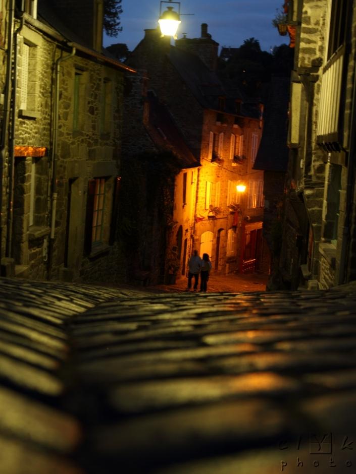 walkers pavement night promeneurs pavés nuit Dinan