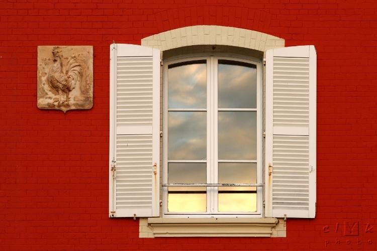 clYk urban window brick rooster ville fenêtre coq