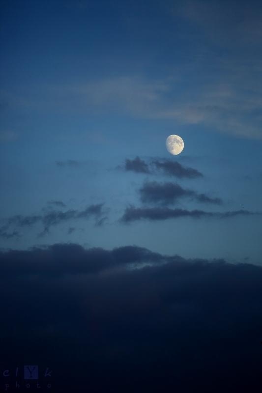 clYk moon clouds sky blue lune nuages ciel bleu