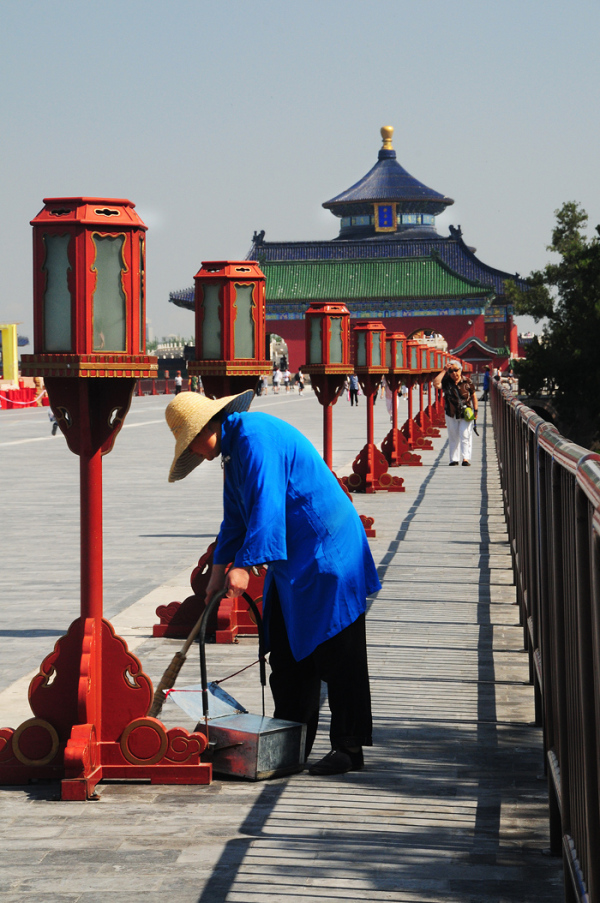 cleaner sweeping Temple Heaven lanterns