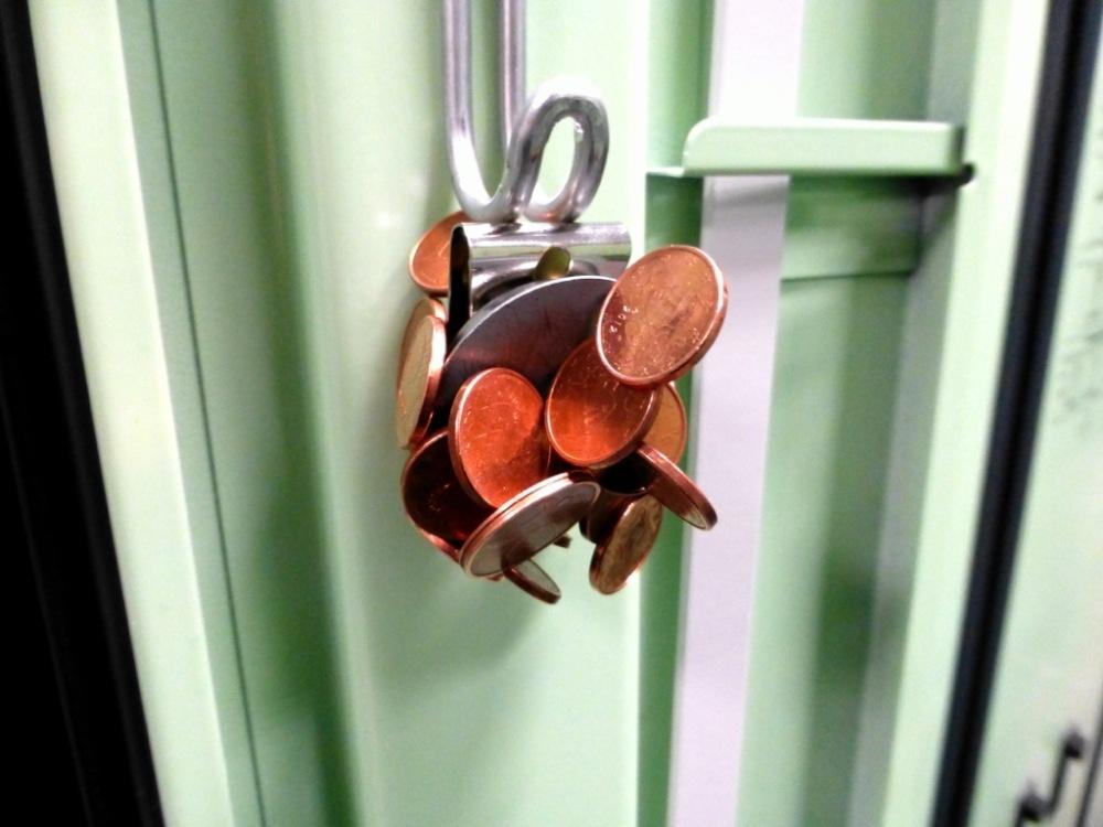 1x magnetic belt clip, 25x 1c coins