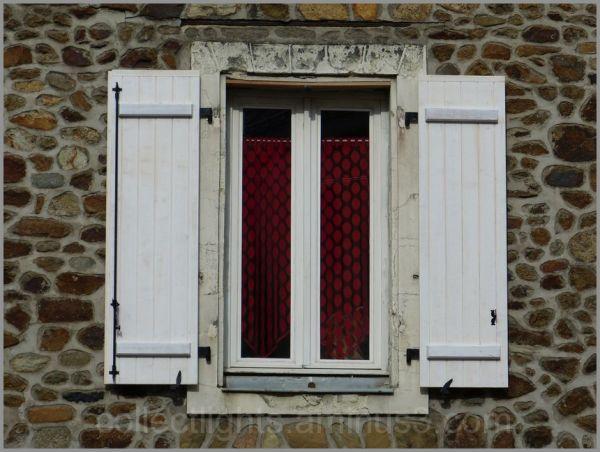 Fenêtre sur mur de pierres