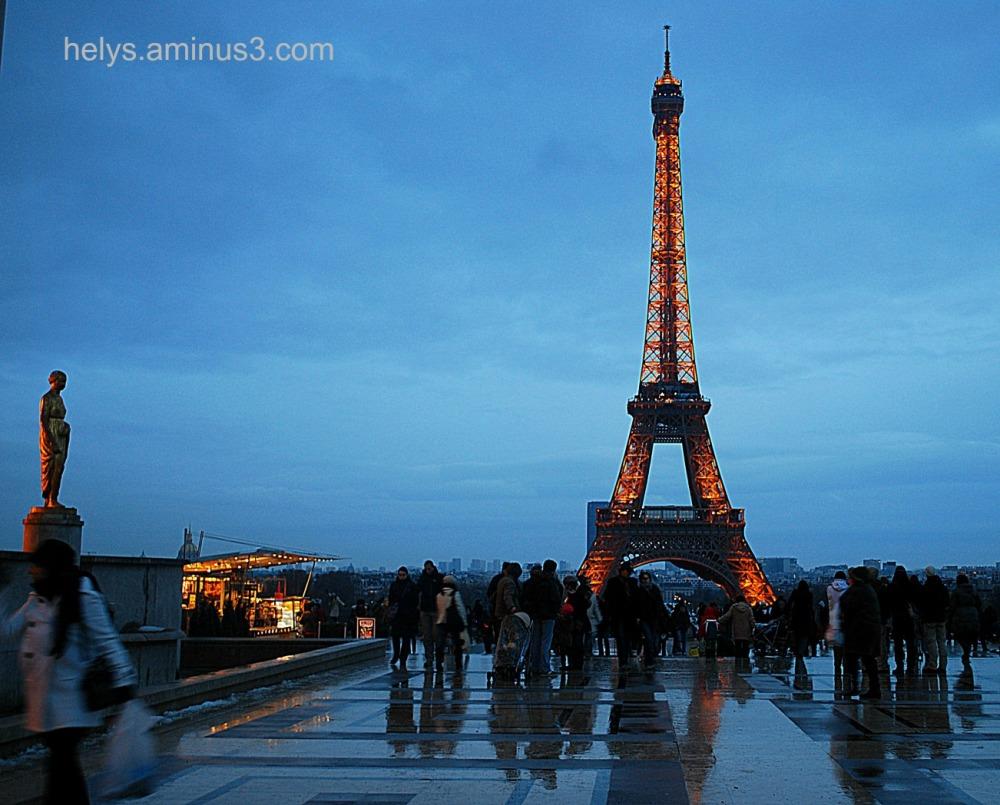 paris by night: esplanade du trocadero