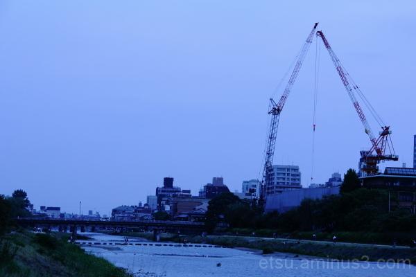 two cranes in kamogawa クレーン機械 鴨川