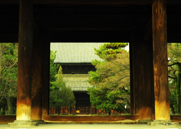 Seeing a mainhall through a gate 建仁寺