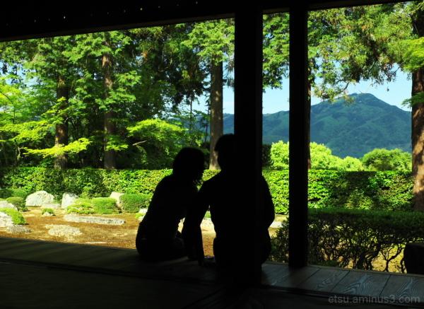 Talking in undertones (at a garden) 圓通寺