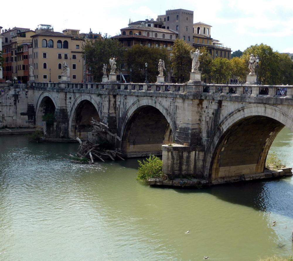 ROME - TRAVERSER LE TIBRE PAR LE PONT SAINT ANGE