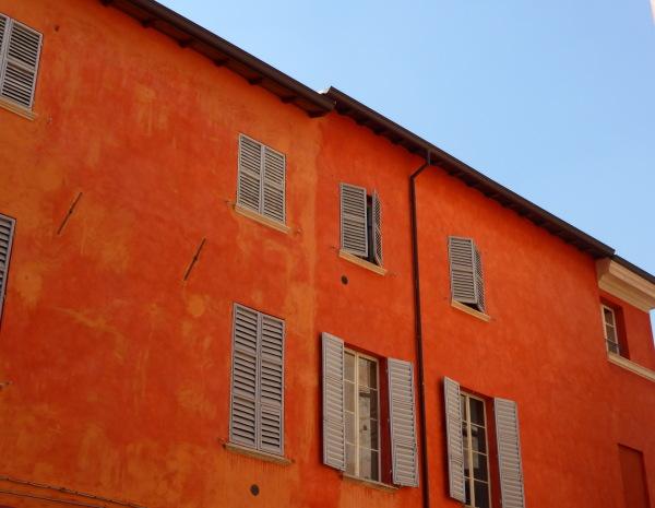 LES BEAUX OCRES DES MAISONS DE PARME (ITALIE)