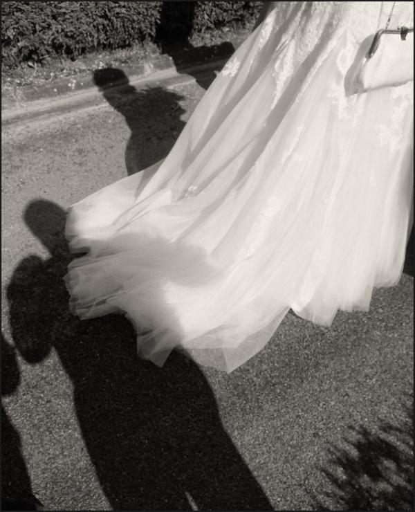 Tenir la robe de la mariée