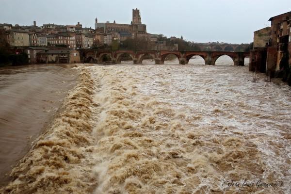 Les eaux en furie. /  The raging waters.