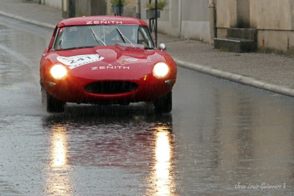 Roulons sous la pluie. / Are driving in the rain.