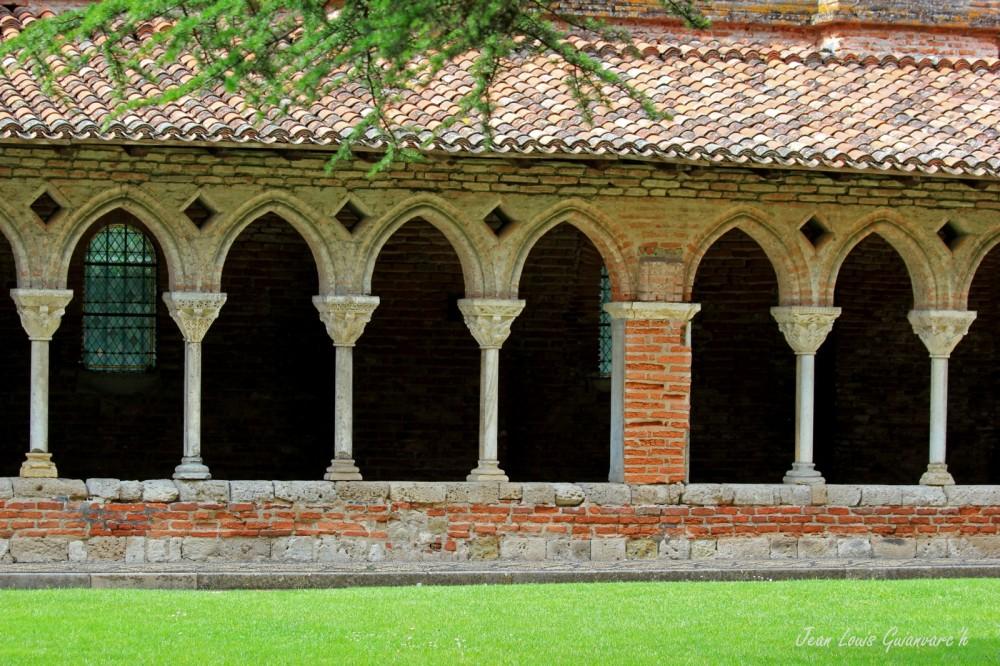 Le cloître. /  The cloister.