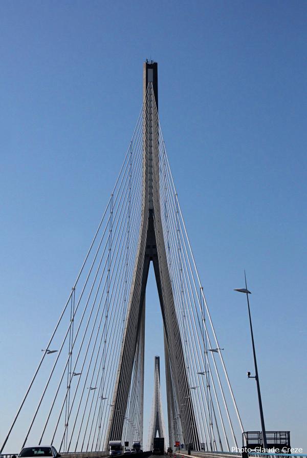 En montant le pont de Normandie en voiture