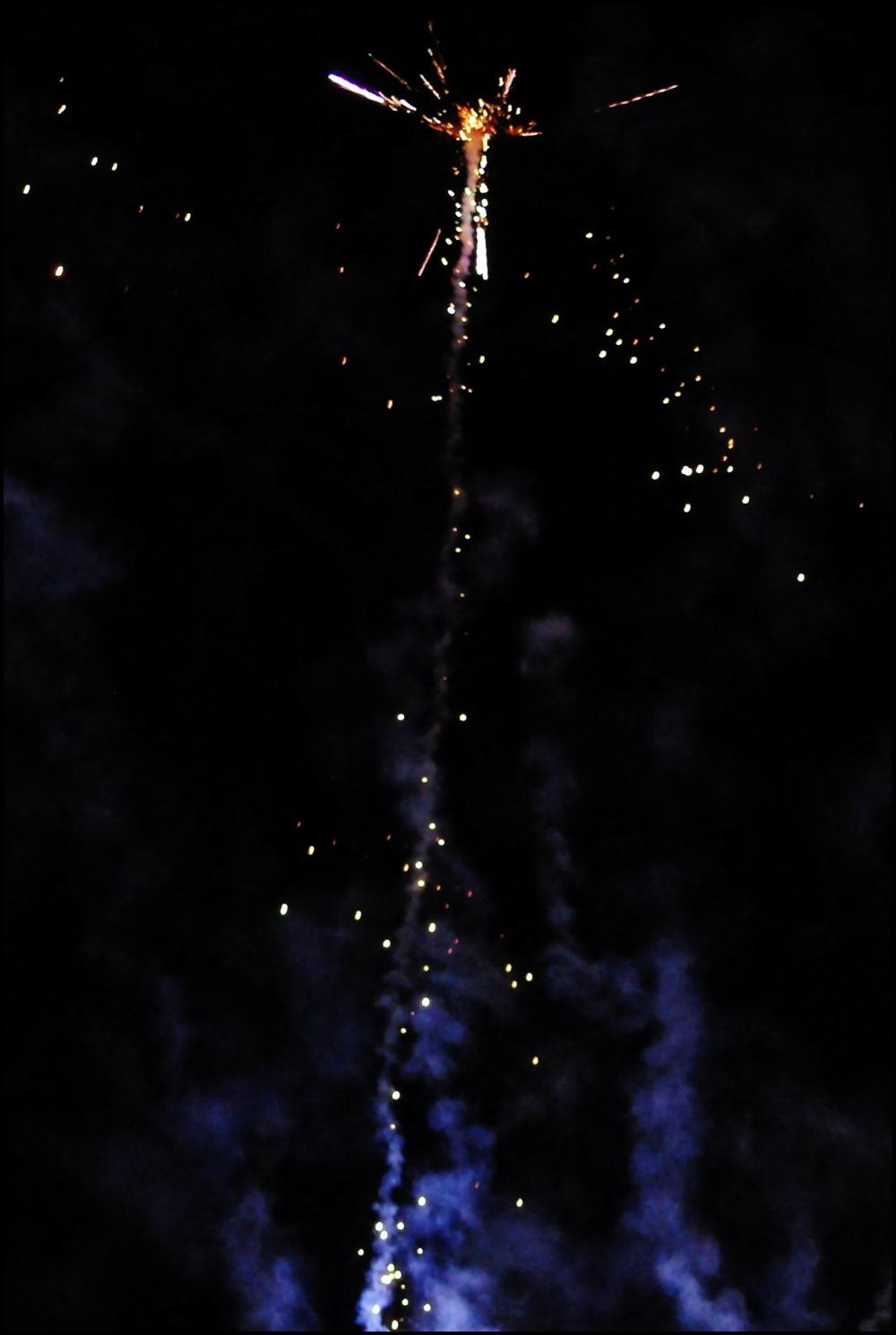 Détail feu d'artifice, une croix dans le ciel