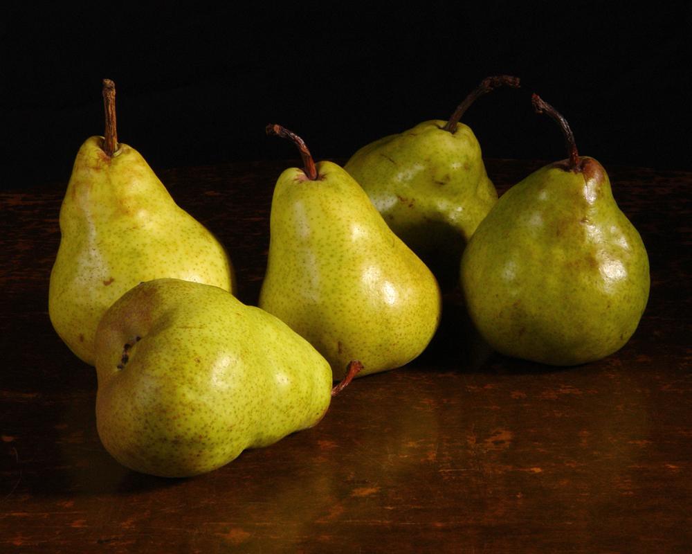 Arrangement of pears