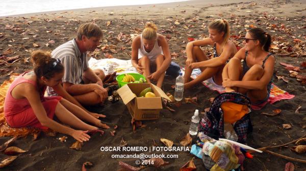 Grupo de amigos almuerzan en la playa