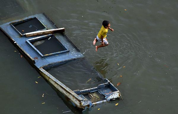 Niño en laguna