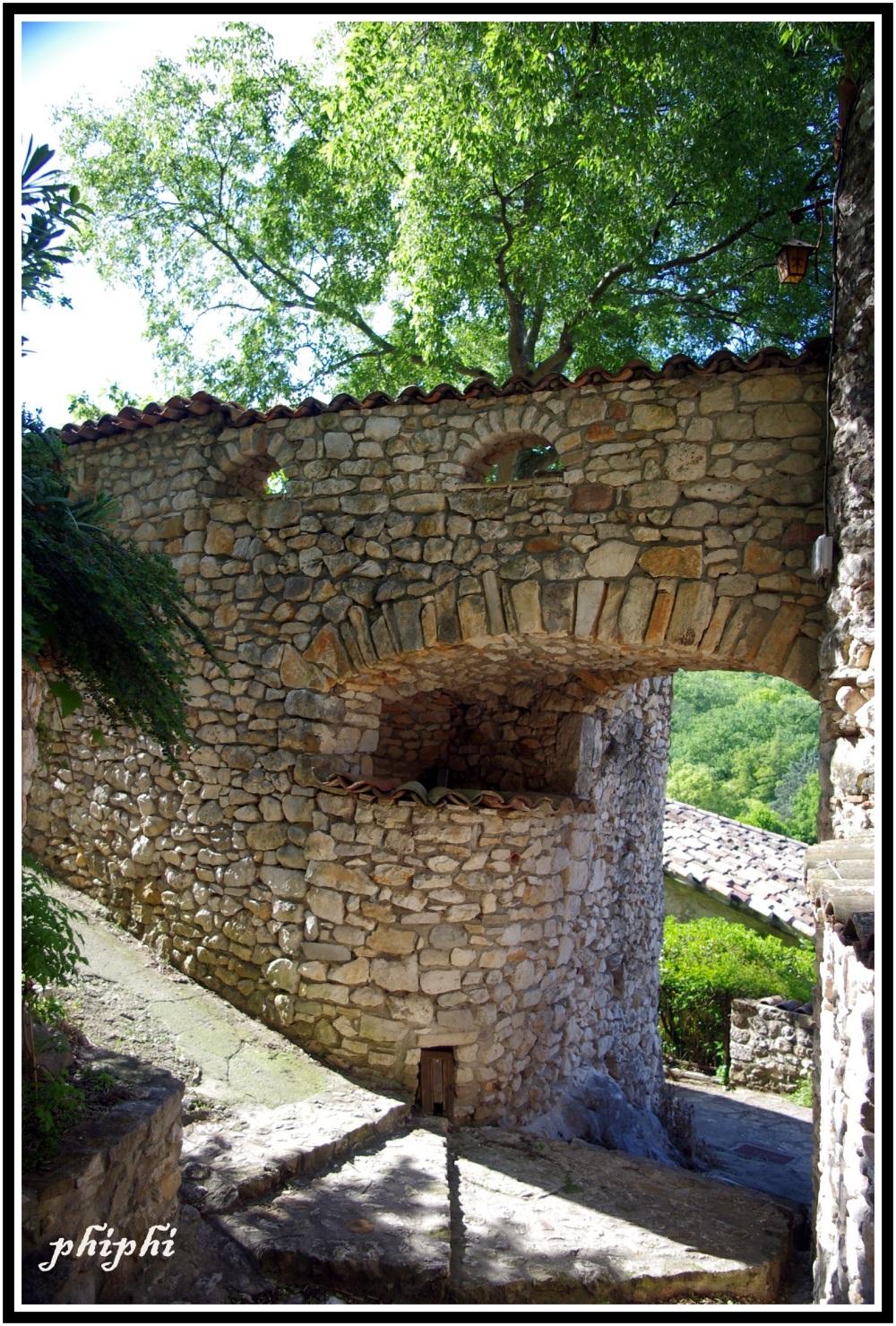 Dans les ruelles de Rochegude dans le Gard