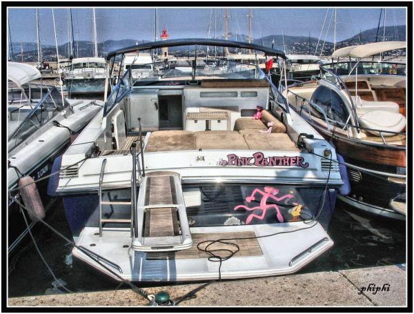 La panthére rose se cache parmi les bateaux