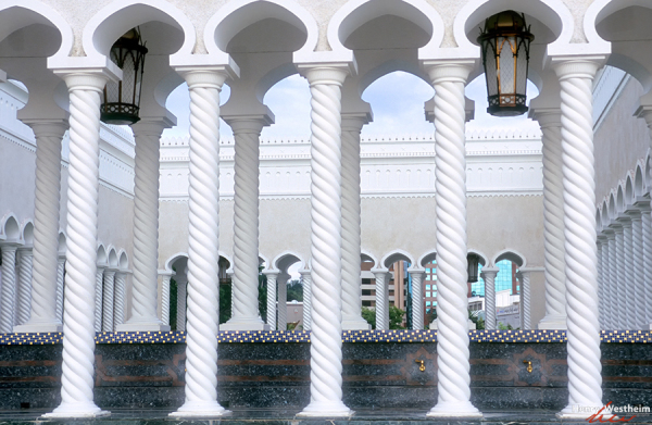 Brunei, Columns At Omar Ali Saifuddien Mosque