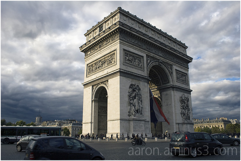 Arc de Triomphe in traffic