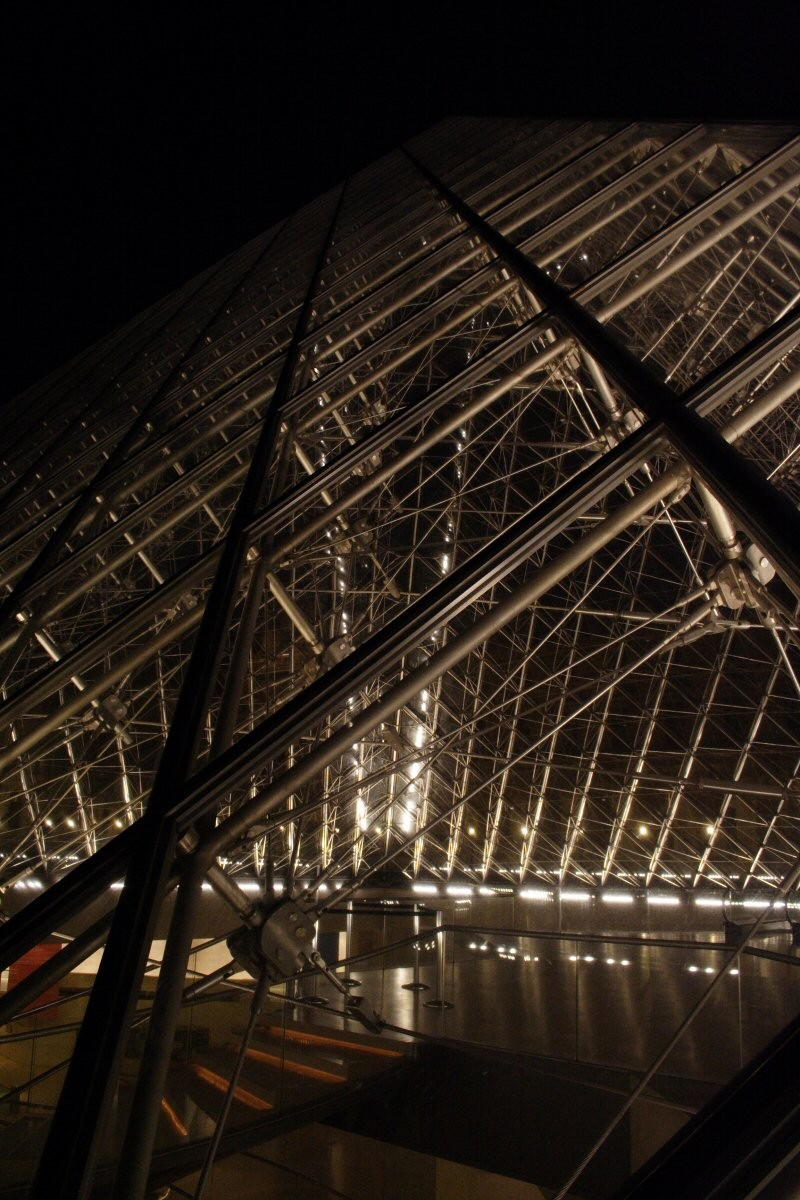 Louvre pyramid : fading in the night