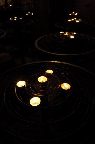 Petites bougies dans Notre Dame de Paris