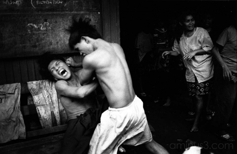 A fight breaks out in a Bangkok slum.