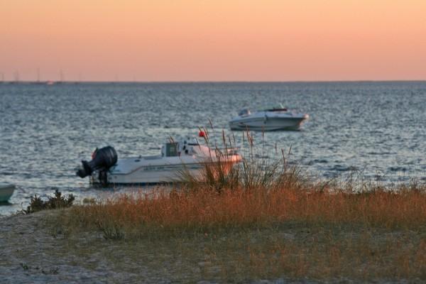 sunset praia mar barcos algarve