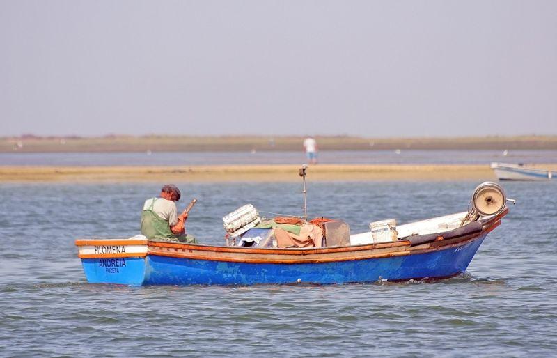 praia mar pescador barcos algarve