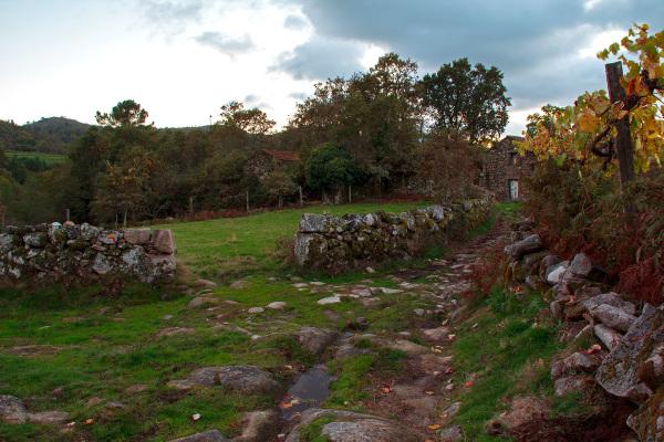 caramulo  outono aldeia caminho