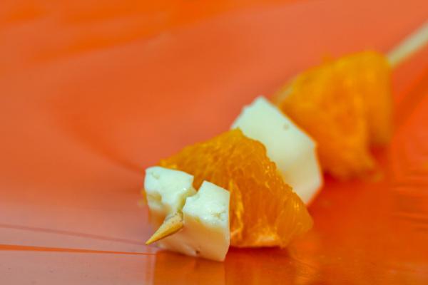 Espetada de laranja e queijo