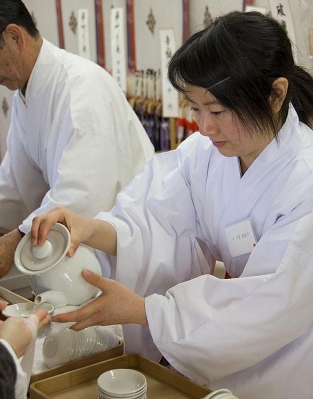 A maki serving sake at Gokoku Shrine.