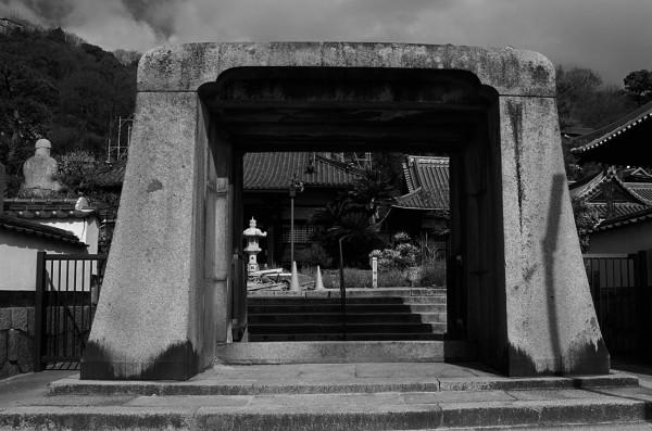 Stone arch at Jikoji Temple.