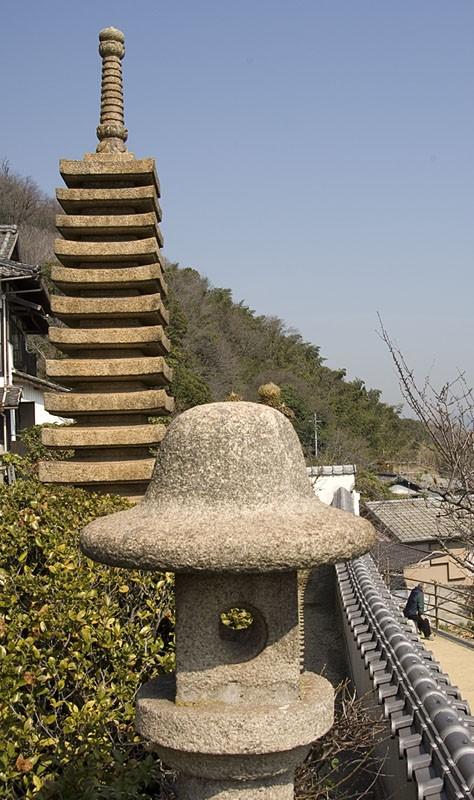 Stone lantern and pagoda at Nunakuma Shrine.