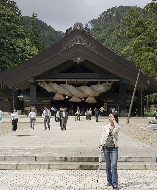 An enormous shimenawa at Izumo Taisha.