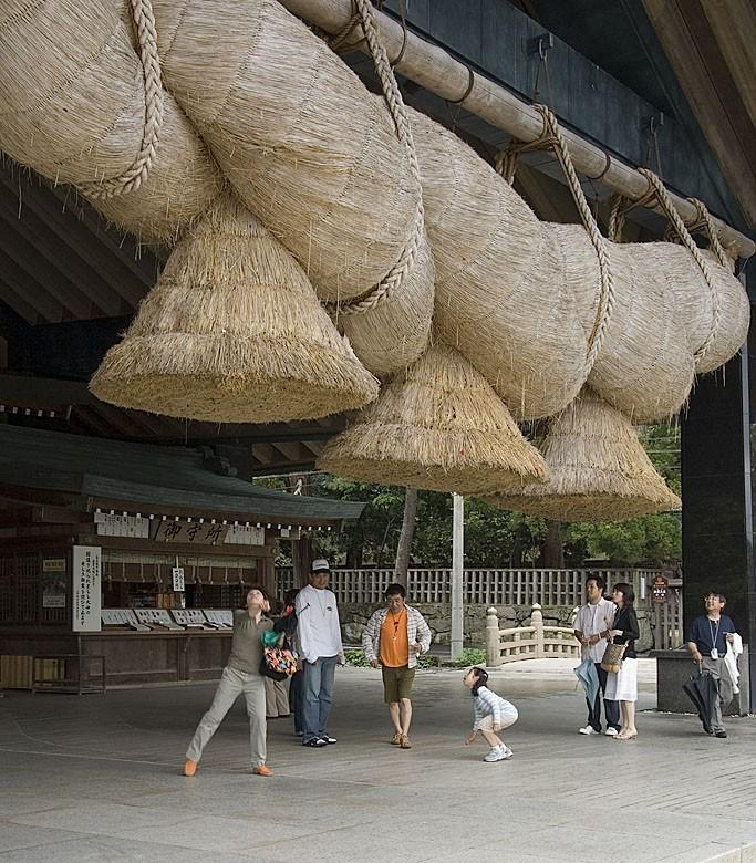 People are drawn to the shimenawa.