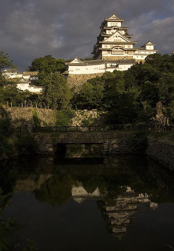Early morning at Himeji Jo.