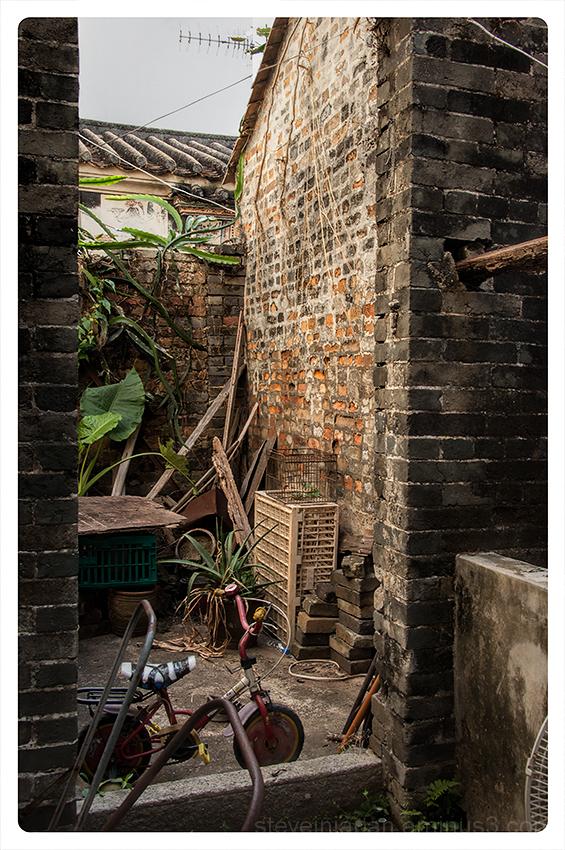 An abandoned house at Kat Hing Wai village.