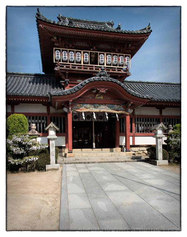 At the entrance to Isaniwa-jinja.