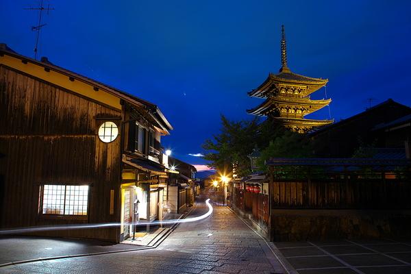riding by Houkanji pagoda
