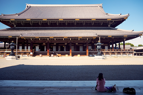 enjoying the shade at Higashi Honganji
