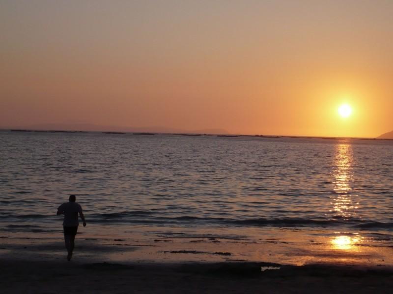 e silenciosamente o sol põe-se no mar